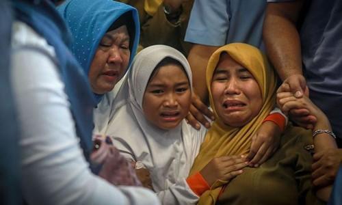 Thân nhân hành khách trên máy bay Lion Air gặp nạn chờ đợi tin tức trong đau khổ tại sân bay Pangkal Pinan hồi tháng 10/2018. Ảnh: Sky News.