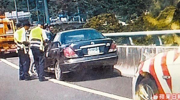 Chiếc xe đâm vào rào chắn cao tốc. Ảnh: Apple Daily.