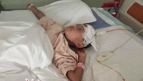 Minh Minh bị đau đầu nhưng không được đưa đến bệnh viện ngay, dẫn đến tình trạng nặng hơn.