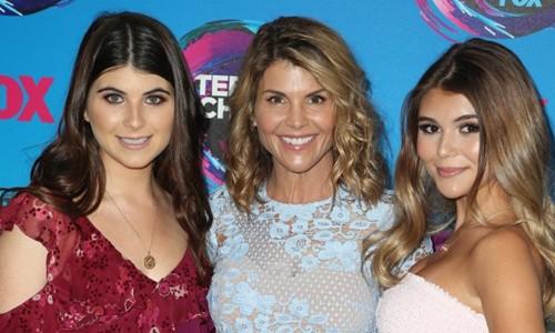 Lori Loughlin (giữa), nữ diễn viên nổi tiếng Hollywood cùng con cả Isabella (trái) và con út Olivia (phải). Ảnh: Fox.