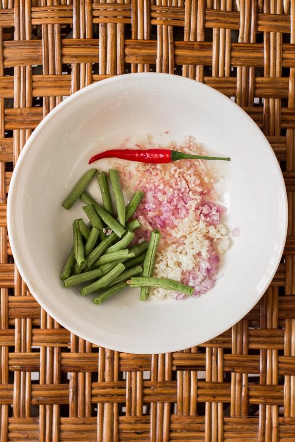 Giã xong bạn lấy xoài ra đĩa, múc hỗn hợp gia vị rưới đều lên đĩa, sau đó rắc đậu phộng đã được giã dập lên trên, trộn đều và thưởng thức.