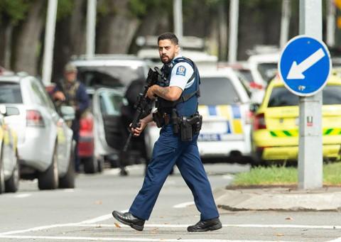 Người dân được khuyến cáo không đến bệnh viện Christchurch nếu không phải trường hợp khẩn cấp. Tất cả các cuộc hẹn khám đã bị hủy chiều nay. Không nhân viên bệnh viện hay bệnh nhân nào được phép ra vào tòa nhà, cảnh sát địa phương nói với New Zealand Herald. Chỉ huy cảnh sát Mike Bush nói không nên kết luận nguy hiểm đã qua. Tôi muốn yêu cầu tất cả mọi người dân New Zealand không đến nhà thờ Hồi giáo, hãy đóng cửa lại cho tới khi nhận được thông báo tiếp theo của chúng tôi, ông Bush nhấn mạnh. Ảnh: Reuters.