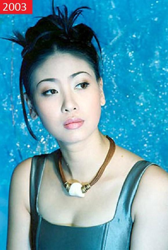 Ông ngoại Hà Kiều Anh là ông Vương Quốc Mỹ từng giữ chức Thứ trưởng bộ Xây dựng. Cha cô là kỹ sư điện tử Hà Tăng Lâm, mẹ là nữ doanh nhân Vương Kiều Oanh, Tổng giám đốc Công ty TNHH Vương Anh.