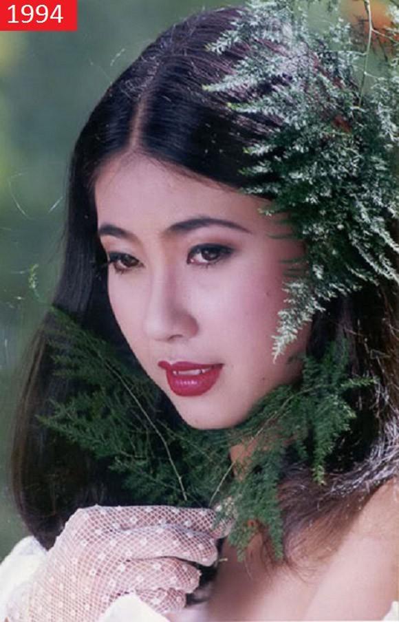 Sinh ra trong 1 gia đình có dòng dõi trâm anh thế phiệt nhưng cuộc đời Hoa hậu Hà Kiều Anh lại không hề suôn sẻ. Lên 5 tuổi, cha mẹ ly hôn, Hà Kiều Anh theo mẹ vào Tp.HCM sống.