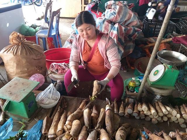 Chị Lò Thị Phấng đang hướng dẫn khách cách phân biệt măng ngọt và măng đắng dễ dàng.