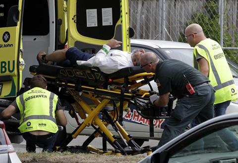 Một nhân chứng có tên Benjamin Jellie cho biết anh đã chạy ra đường khi nghe tiếng súng nổ. Tôi thấy mọi người nhảy qua hàng rào phía sau nhà thờ Hồi giáo. Tôi nghe thấy ít nhất 20 (tiếng súng). Lúc đầu có khoảng 8 tiếng súng nổ và sau đó im ắng trong khoảng 30 giây hay một phút, sau đó tiếng súng bắt đầu lại. Tôi nghe thấy khoảng tám tiếng súng nổ lần thứ hai, sau đó ngừng lại rồi có thêm tám phát súng nữa, Jellie nói với New Zealand Herald. Ảnh: AP.
