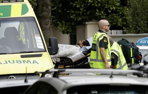 Nhiều người chạy qua hàng rào, họ la hét và khóc lóc, kể cả những người đàn ông, Jellie nói và cho biết anh tin rằng những người bị thương đều tỉnh táo, tuy nhiên họ rất im lặng. Ảnh: AP.