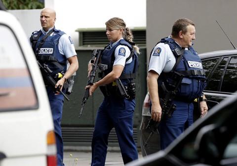 Cảnh sát New Zealand có mặt để truy bắt hung thủ tại hiện trường vụ xả súng tại nhà thờ Christchurch. Giới chức đã yêu cầu các thánh đường đóng cửa cho đến khi có thông báo khác. Tất cả các trường ở Christchurch đã bị phong tỏa. Quanh khu vực Linwood, cảnh sát đã yêu cầu mọi người nhanh chóng vào nhà và tránh xa hiện trường. Học sinh cũng được yêu cầu về thẳng nhà. Ảnh: AP.
