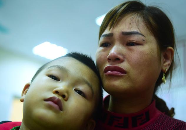 Chị Nguyễn Thị Huyền bật khóc khi con trai 5 tuổi được xác định chắc chắn mắc sán lợn. Tuần sau chị cho con nghỉ học để đi điều trị. Ảnh: G.Huy