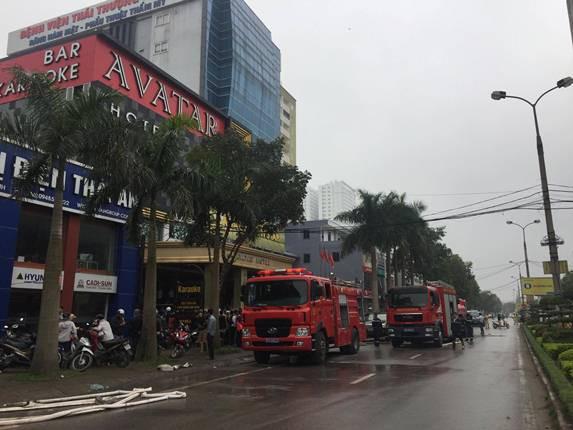 Nhiều xe chữa cháy liên tục được huy động.
