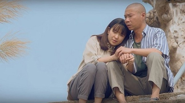 Phân cảnh tình cảm của Kim Oanh và NSƯT Công Lý trong Những cô gái trong thành phố.