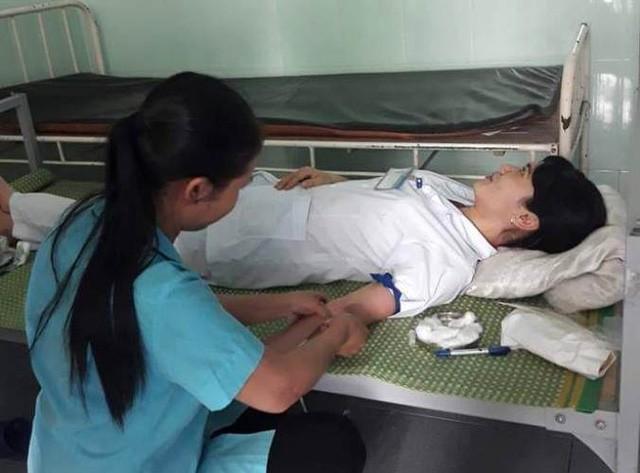 Trước đó, tháng 11/2018, 5 cán bộ nhân viên của trung tâm này hiến máu cứu sống sản phụ quê huyện An Dương (TP. Hải Phòng). Ảnh: Bệnh viện cung cấp