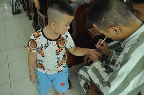 Một hình ảnh xúc động tại Trại giam Suối Hai (Ba Vì, Hà Nội). Ảnh: Đ.Phong