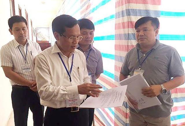 Ông Mai Văn Trinh, Cục trưởng Cục Quản lý chất lượng, Bộ GD-ĐT, kiểm tra chấm thi năm 2018 tại Hòa Bình - Ảnh: Vĩnh Hà