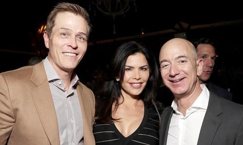 Jeff Bezos (ngoài cùng bên phải) cùng Lauren Sanchez và người chồng đã ly thân Patrick Whitesel trong một sự kiện trước đây. Ảnh: Amazon Studios