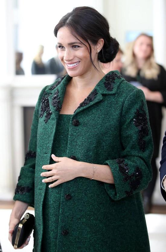 Meghan mặc thiết kế của của nhà tạo mẫu nổi tiếng Lucas Armitage trị giá 10.600 USD khi tới thăm Canada House ở London sáng 11/3. Ảnh: PA.