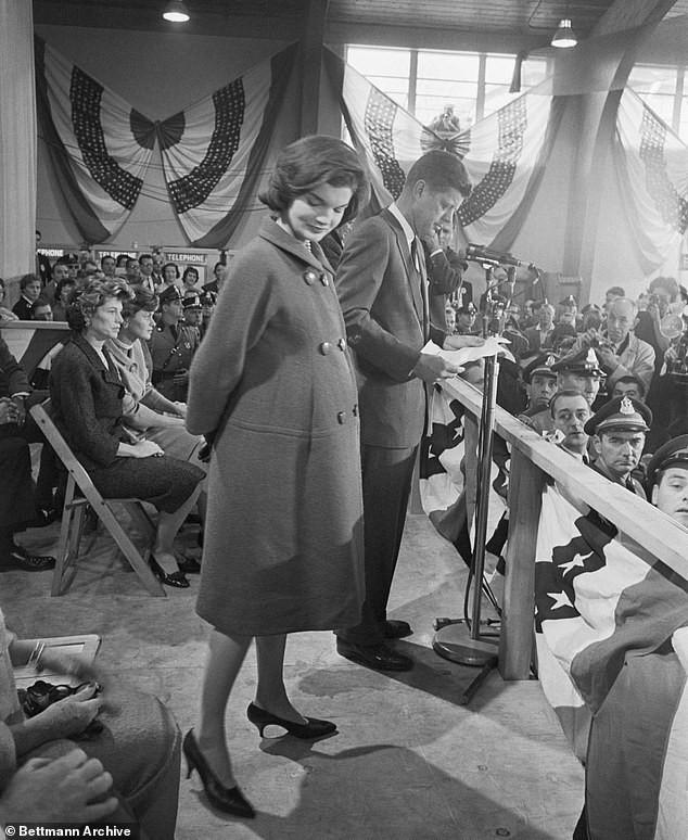 Chiếc áo khoác của bà Jackie Kennedy có nhiều điểm tương đồng với áo khoác Meghan chọn.