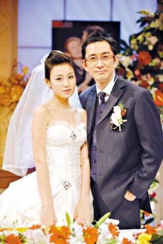 Ngô Khải Hoa và Thạch Dương Tử trong lễ kết hôn.