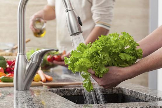 Cần rửa rau trực tiếp dưới vòi nước sạch để loại bỏ trứng giun sán. Ảnh TL