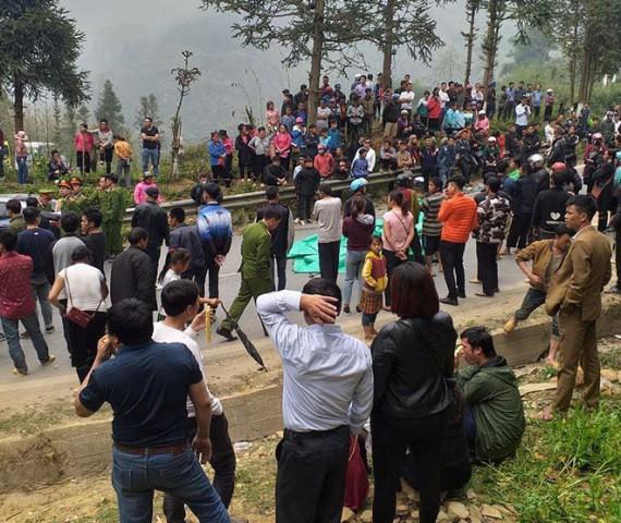 Người dân kéo ra tập trung theo dõi tại hiện trường vụ tai nạn.