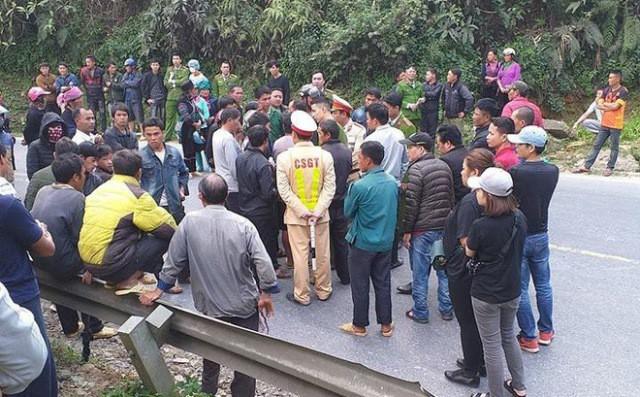 Người thân nạn nhân, người dân dân kéo ra tập trung theo dõi tại hiện trường vụ tai nạn.
