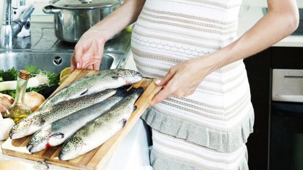 Bà bầu nên cẩn thận khi ăn cá biển quá thường xuyên.