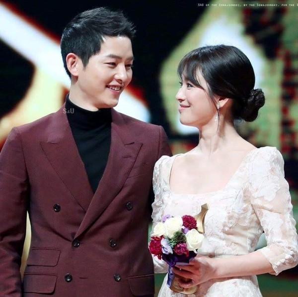 Khoảnh khắc hạnh phúc của cặp đôi đẹp nhất nhì làng giải trí Hàn Quốc.