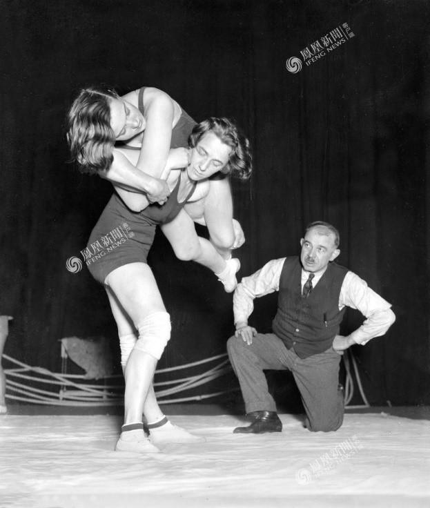 Các cô gái luyện môn đấu vật tại London – Anh, năm 1932