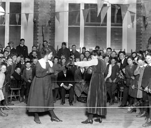 Hai phụ nữ làng Wittem đang thi đấu quyền anh, năm 1919