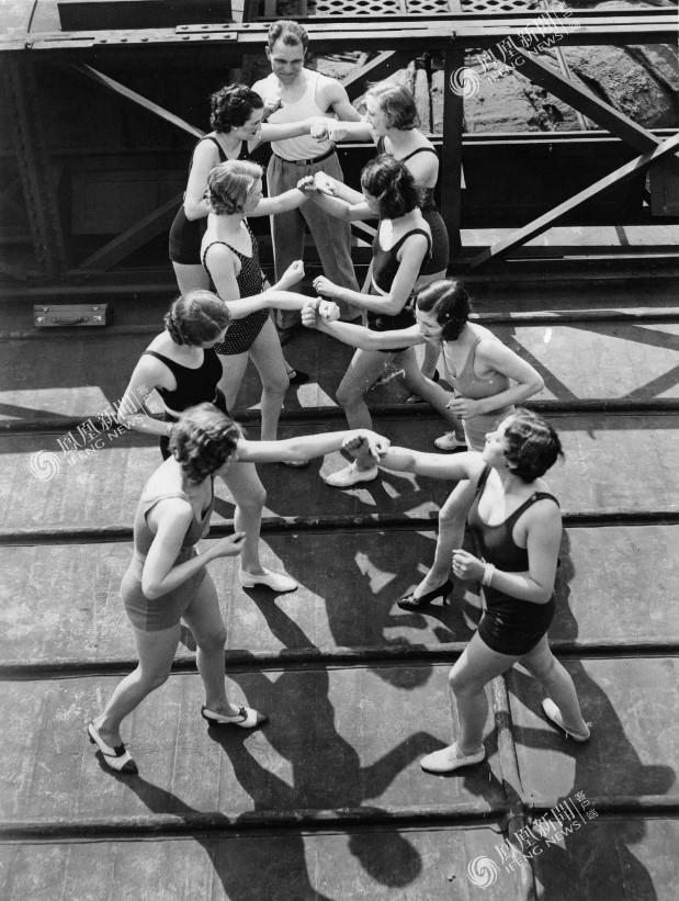 Các nữ sinh trong giờ học môn đấm bốc, London 1932