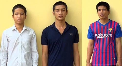 Nhí, Dương và Tùng (từ phải sang trái) tại cơ quan điều tra. Ảnh: Lan Vy.