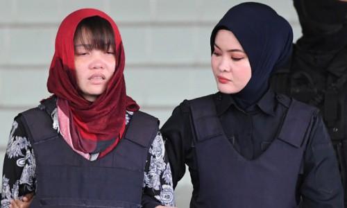 Đoàn Thị Hương, trái, được áp giải rời khỏi phiên toà hôm 14/3.