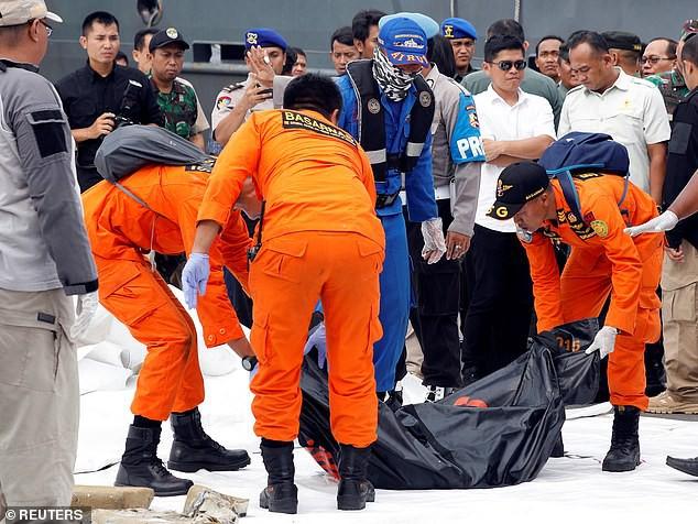 Thi thể các nạn nhân được vớt lên bờ.