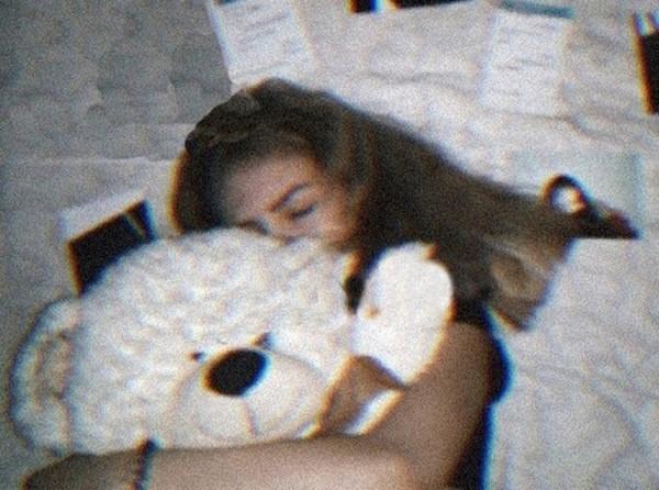 Cô bé Yulia 14 tuổi xấu số thiệt mạng vì vừa sạc pin, vừa dùng điện thoại khi đang tắm trong bồn.