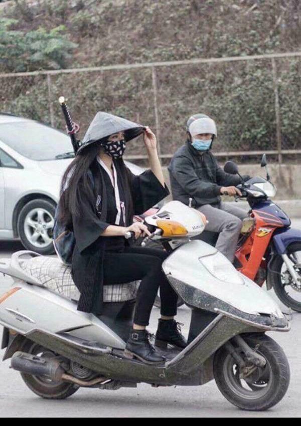 Mặc kiểu cổ trang trông khá ấn tượng nhưng lại khiến cô gái vi phạm luật giao thông .
