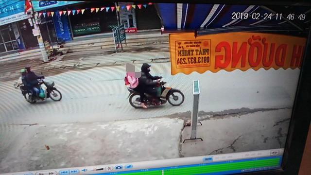 Hình ảnh đối tượng Trình chở bé gái đi ngoài đường được camera ghi lại.