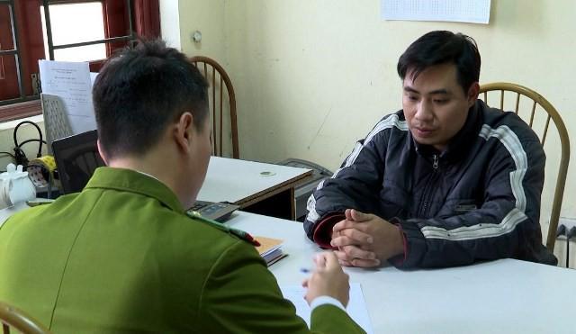 Cảnh sát làm việc với bị can Nguyễn Trọng Trình. Ảnh công an cung cấp