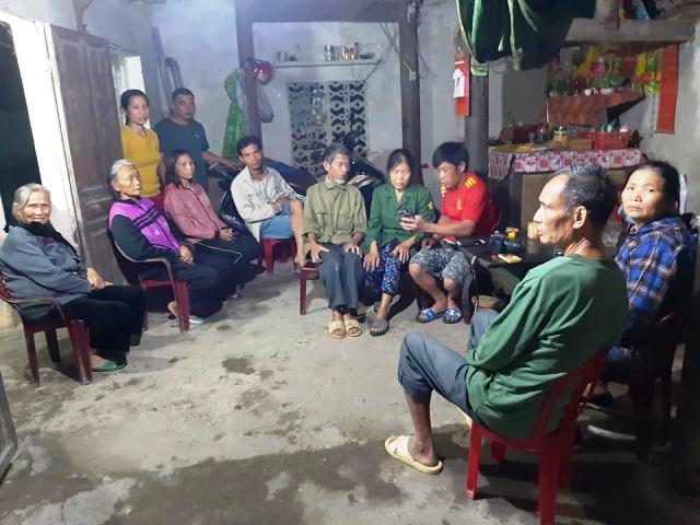 Rất đông bà con hàng xóm đến động viên gia đình và theo dõi tin tức trực tiếp từ hiện trường vụ tai nạn.