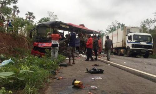 Một xe bus biến dạng sau vụ tai nạn. Ảnh: BBC.