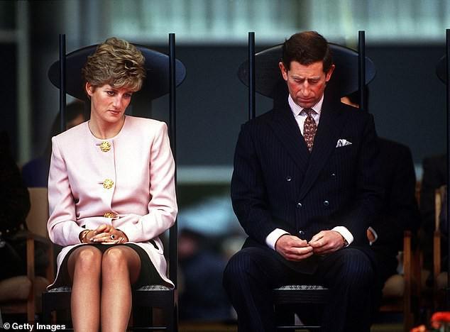Thái tử Charles và Công nương Diana đã khóc khi ký đơn vào đơn ly hôn.
