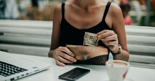 Tiêu tiền mặt có thể giúp bạn tránh xa nhiều thực phẩm không lành mạnh. Ảnh: Twenty20