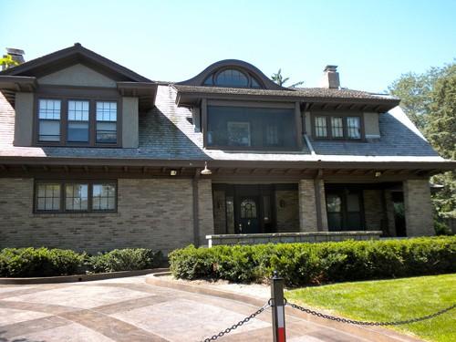 Căn nhà có năm phòng ngủ và 3 phòng tắm, được bảo vệ bởi hàng rào và camera an ninh.