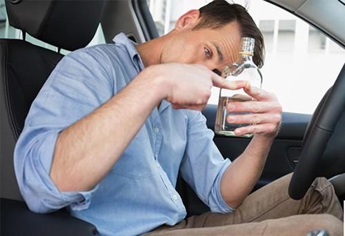 Đừng để bạn mình lái xe sau khi uống bia rượu. Ảnh: StateWide.