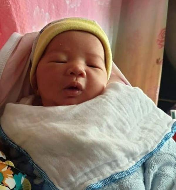 Bé gái khoảng 2 tuần được được người mẹ đặt trong chiếc làn bỏ ở khu vực chùa Bằng nhờ mọi người nuôi giúp. Ảnh: Bạn đọc cung cấp