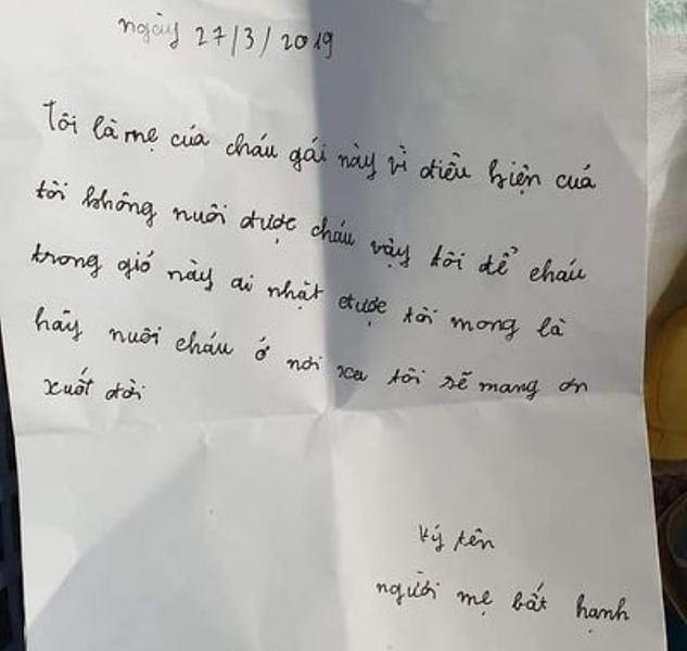 Lá thư của mẹ cháu bé để lại. Ảnh: Bạn đọc cung cấp