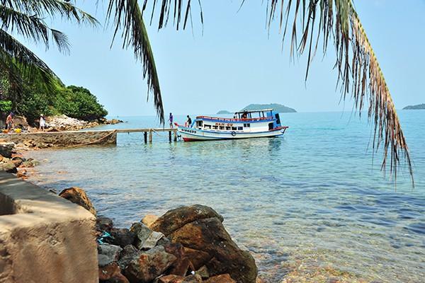 Từ đảo chính, du khách có thể thuê tàu đi tham quan quần thể các đảo xung quanh.