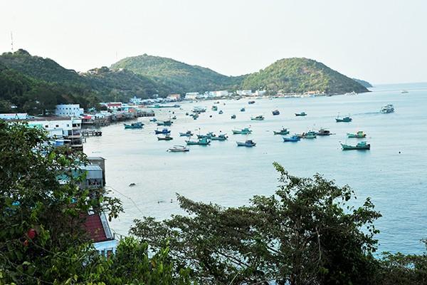 Một góc đảo Nam Du, nơi có làng chài và bến tàu.
