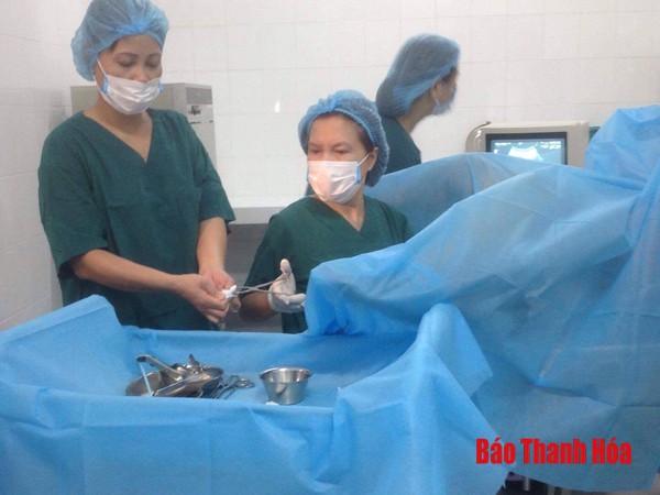 Nhóm thầy thuốc đang thực hiện chuyển phôi trong labo thụ tinh ống nghiệm.