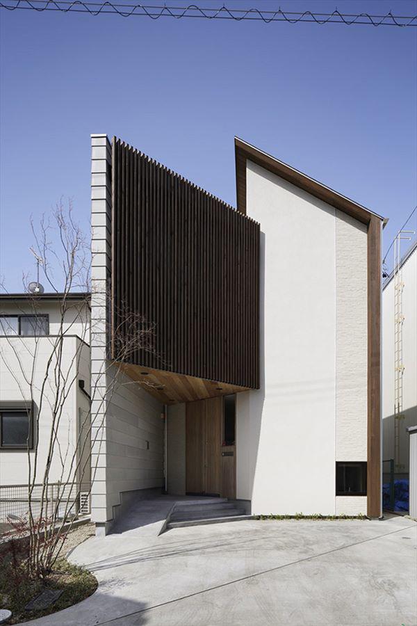 Nằm tại Nhật Bản, ngôi nhà đặc biệt này có thiết kế xoay 45 độ để tránh ánh nắng trực tiếp từ mặt trời và mang lại không gian mát mẻ, trong lành