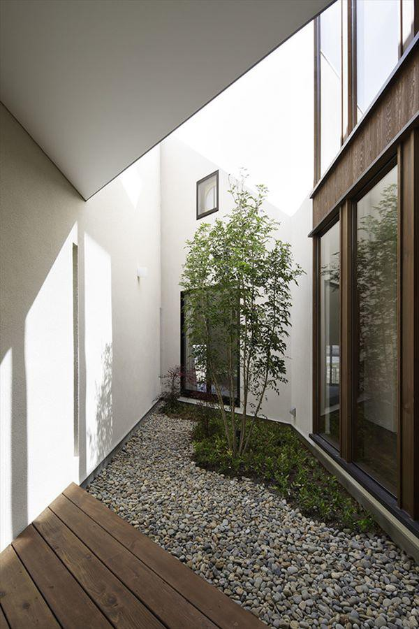 Diện tích ngôi nhà khá khiêm tốn với 77 mét vuông nhưng sở hữu lối thiết kế thông minh và tận dụng không gian hợp lý
